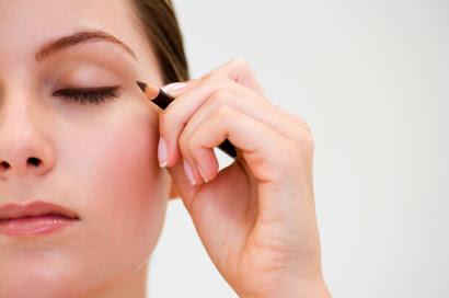 http://4.bp.blogspot.com/-H3KdTch2tTM/Ur77et3FNlI/AAAAAAAAEOQ/biwE7Z1VxRs/s640/0915-eyeliner-signature-makeup_bd.jpg