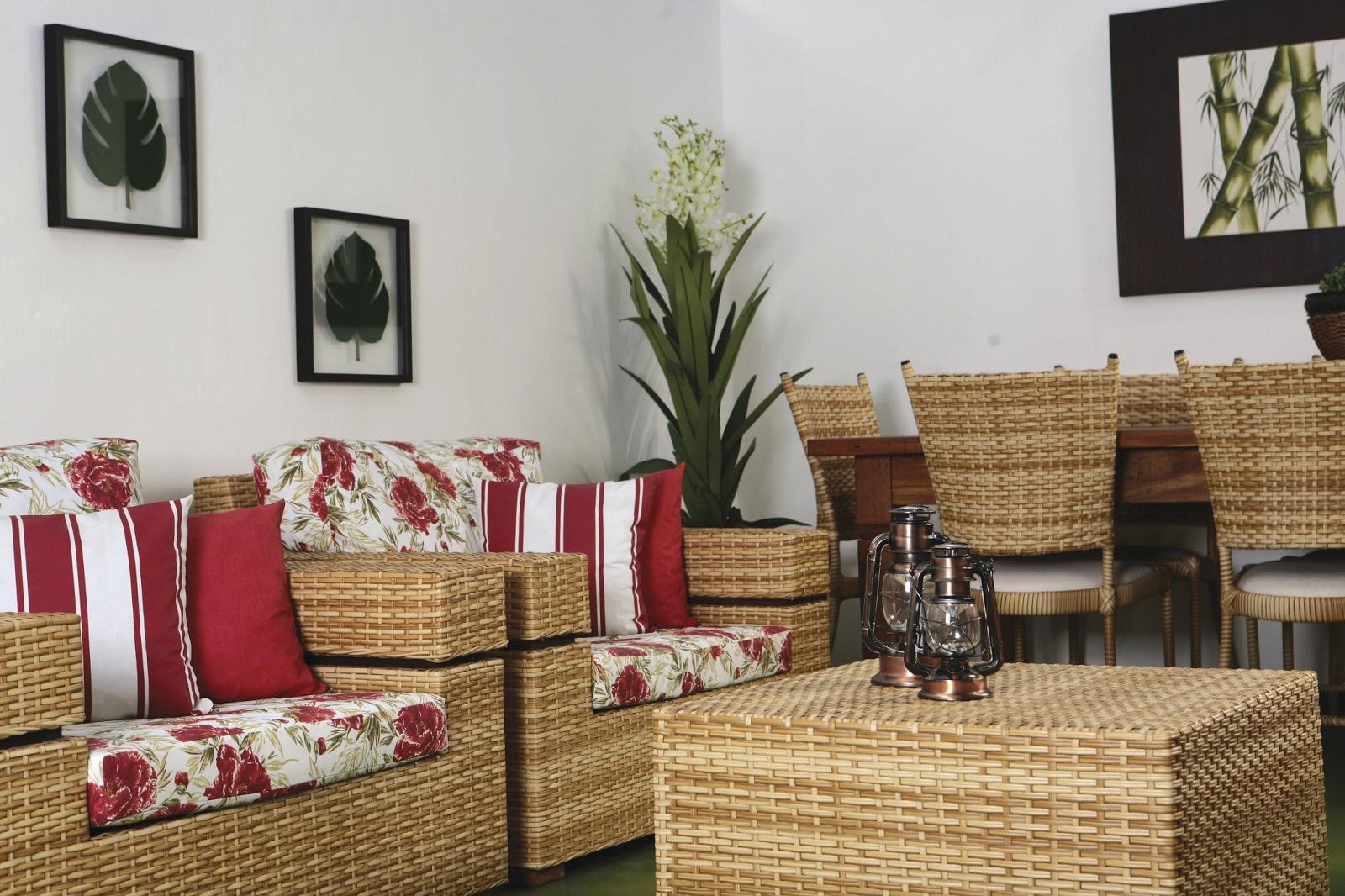 Poltronas mesa e cadeiras em fibra sintetica na cor bananeira. #74382F 1600x1066