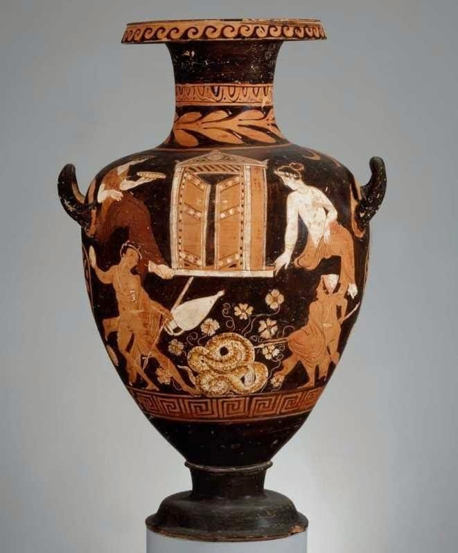 Ο Κάδμος αντιμετωπίζει το δράκο της πηγής. Ερυθρόμορφη κατωιταλική από την Μεγάλη Ελλάδα υδρία καλπίς του ζωγράφου του Άσπρου Προσώπου, περίπου 345-335 π.Χ. Στο πάνω μέρος της σύνθεσης αναπαριστάνεται ένα οίκημα με ανοιχτές θύρες και αέτωμα. Ίσως να είναι ένα ηρώο ή ένας ναός. Δεξιά και αριστερά κάθονται δύο γυναίκες. Αυτή στα αριστερά κρατάει μία φιάλη. Η δεύτερη στα δεξιά κοιτάζει προς τα κάτω. Στο κέντρο του κάτω μέρους είναι κουλουρασμένο ένα φίδι το οποίο προστατεύει μια πηγή, γύρω από την οποία ξεπροβάλλουν λουλούδια. Από αριστερά πλησιάζει ο Κάδμος, κρατώντας με το αριστερό του χέρι έναν οξυπύθμενο αμφορέα κι ένα δόρυ, ενώ με το δεξί είναι έτοιμος να εκσφενδονίσει μια πέτρα προς το δράκο της πηγής, ταυτόχρονα με το σύντροφό του που πλησιάζει από τα δεξιά που ετοιμάζεται να τρυπήσει με το δόρυ. Βοστόνη, Μουσείο Καλών Τεχνών, 69.1142