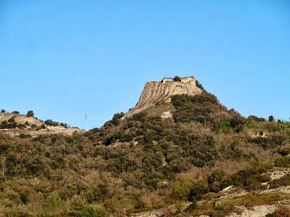 El Castell d'Orís des de l'accés al pont de sobre la C-17