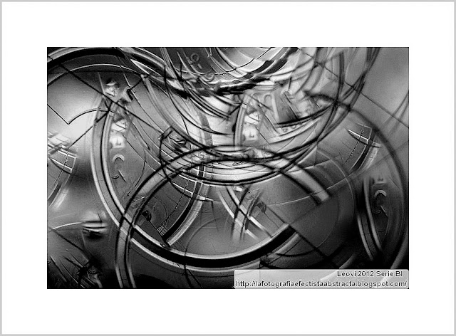 Abrazame a la luz la luna - Hold me to light the moon     Black & White Abstracts
