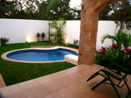 Como decorar un jard n con piscina dise o y decoracion for Jardines con piscina