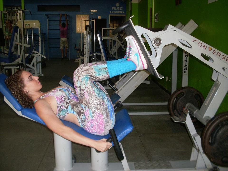 Amanda faz 3 séries de 10 repetições no leg press, aumentando o peso a cada nova série. Foto: Arquivo pessoal