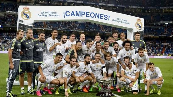 Casemiro posa ao lado dos jogadores do Real após a conquista do Troféu Santiago Bernabéu