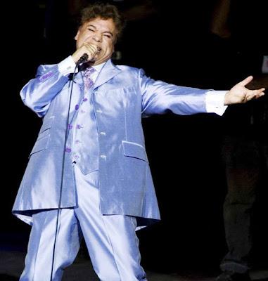 Juan Gabriel cantando en una de sus tantos conciertos