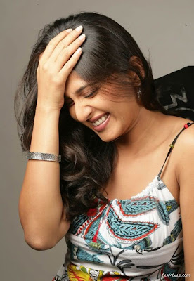anushka_shetty_cute_smile.jpg (570×826)