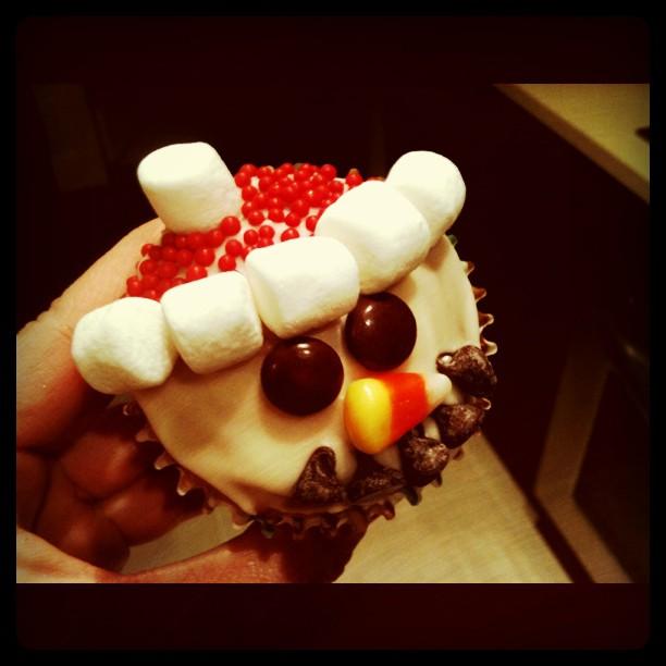 Vanilla & Lace: Vanilla Snowmen Cupcakes with Vanilla Frosting