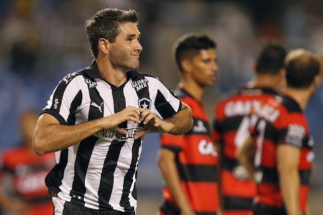O uruguaio Navarro marcou três vezes e garantiu a vitória botafoguense (foto: Vitor Silva/SS Press)