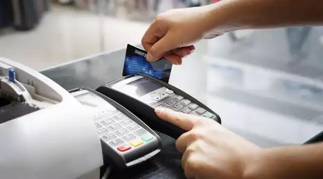 Μπάχαλο με τις πληρωμές με πλαστικό χρήμα