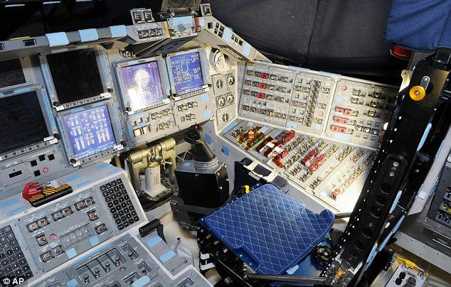 4 gambar kokpit kapal angkasa Shuttle Atlantis