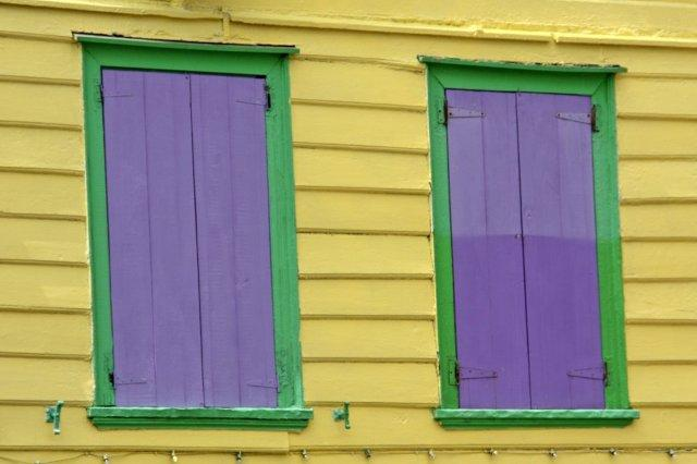 Fachada y ventanales en colorido edificio en St John's, Antigua