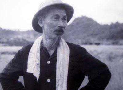 Bức ảnh chụp Hồ Chủ tịch thăm làng Kim Liên (Nam Đàn, Nghệ An)