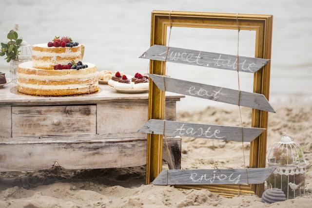 Dekoracje ślubne na plaży.