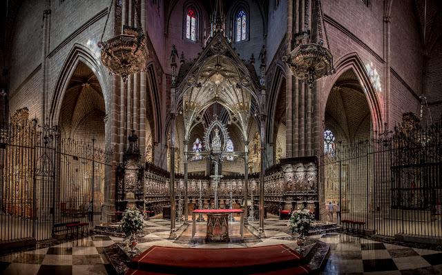 Presbiterio con el baldaquino neogótico y la talla de la Virgen del siglo XII :: :: Panorámica 9 x Canon EOS 5D MkIII | ISO1600 | Canon 24-105 @24mm | f/4.0 | 1/25s