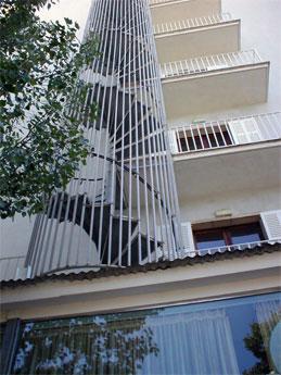 escalera caracol con enrejado de proteccin en exteriores a edificios