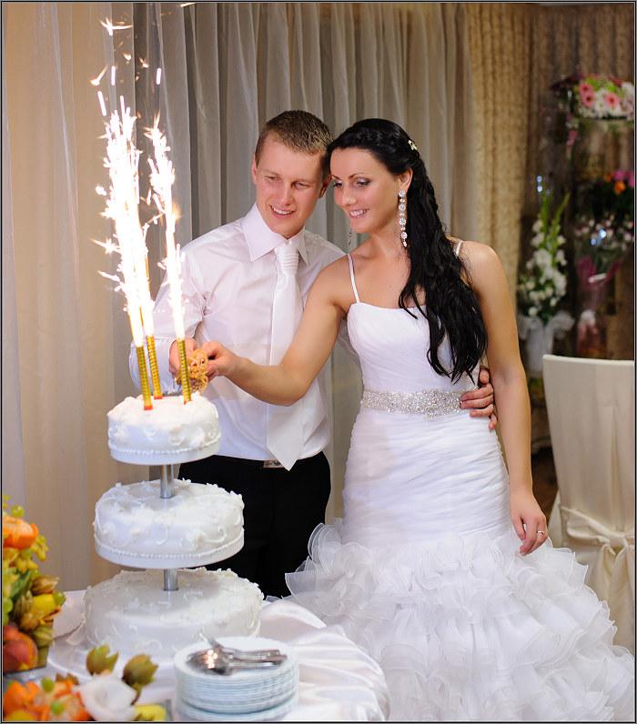didelis vestuvinis tortas su fontanais