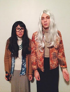 Dos chicos disfrazados de las feministas de Portlandia