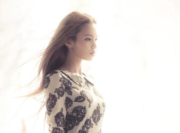"""Mới đây, """"tân binh quái vật"""" nhà YG Lee Hi đã có buổi trò chuyện với trang tin Kukmin Daily về album đầu tay First Love."""