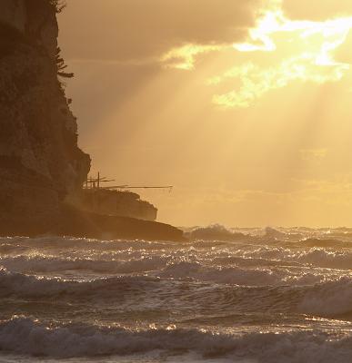 Spettacolare immagine di un trabucco di Peschici, nel Gargano, al tramonto