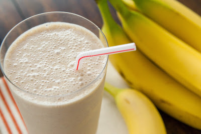 Combat fluid retention and lose weight with these banana smoothies Spinach Strawberry Milkshake fat-burning Recipe in english