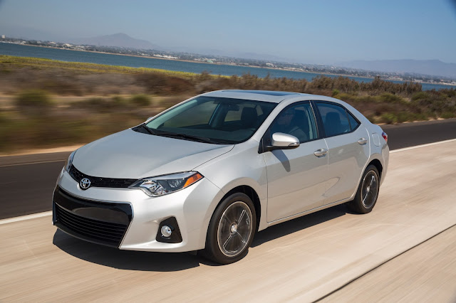 Front 3/4 view of 2016 Toyota Corolla S