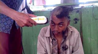 ada orang gila lagi potong rambut tu