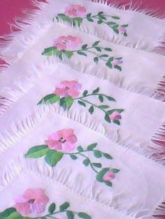 Serwetki kawowe zdobione haftem płaskim
