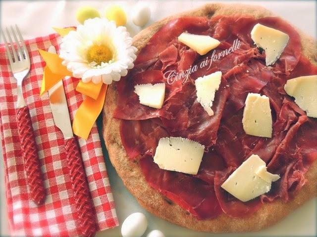 pizza integrale con bresaola e pecorino