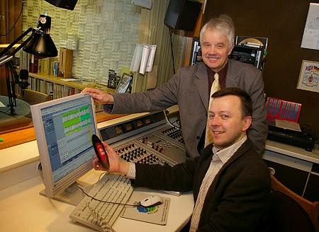"""Infotainment aus dem Tonstudio im Ev. Krankenhaus: Techniker Marek Schirmer (vorne) und Michael Winkler machen seit zehn Jahren """"Musik von gestern – Infos von heute"""" im Bürgerfunk. Foto: RuhrstadtStudio"""