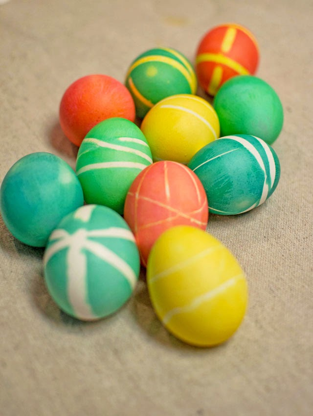 dying easter eggs using rubber bands
