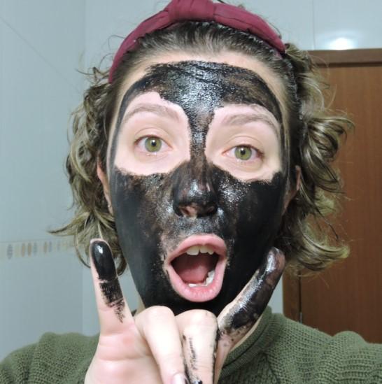 Usando máscara preta no rosto