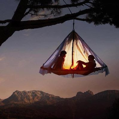 Dormir en una tienda colgada de un árbol... ¿sola?