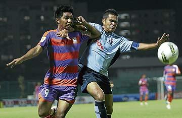 PEMAIN USM FC, Muhamad Afzan (kiri) menahan asakan pemain Pos Malaysia, Mohd Hafizulldin dalam perlawanan Liga Perdana di Stadium USM, malam tadi. - Foto Rosli Ahmad