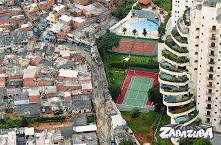 Foto de Um Prédio Rico e Uma Favela Pobre