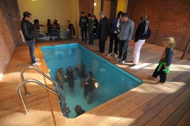 Curiosidades piscina onde se pode respirar embaixo d 39 gua for Piscina de acrilico