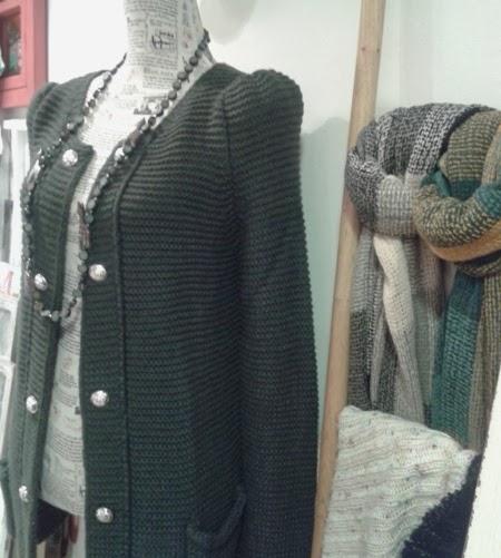 Chaqueta de punto verde oscuro y bufandas