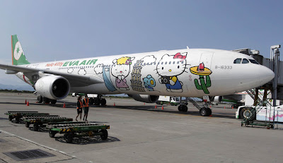 avion pintado de hello kitty en tierra