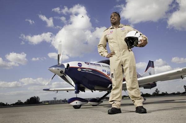 Orang termuda melakukan penerbangan solo keliling dunia