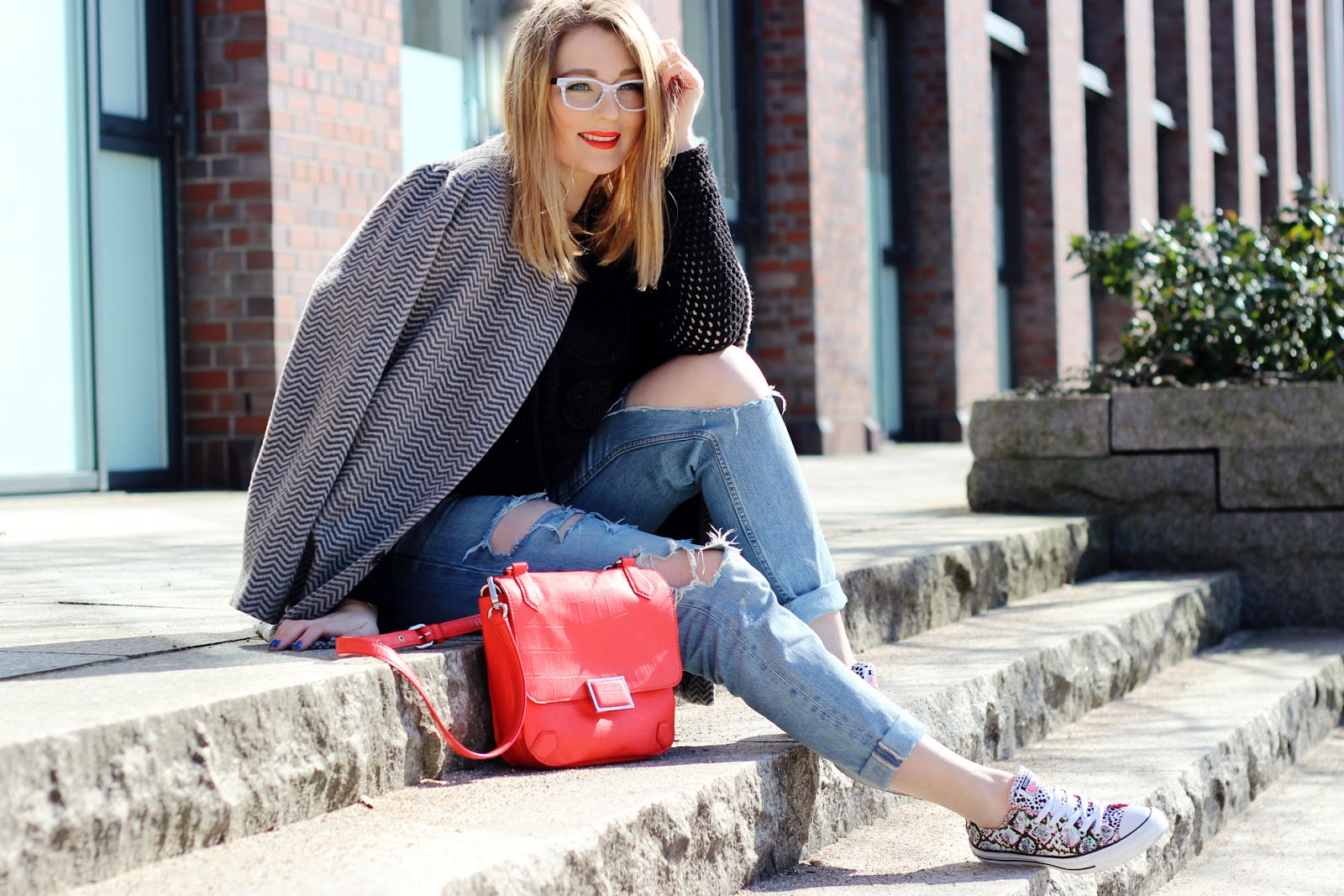 Converse, snake, all stars, OX, Foot Locker, Hamburg, Modeblogger, Fischgräten Mantel, Firmoo glasses, white frame, fashionbogger, ripped jeans, total destroyed, löcher am knie, marc by marc jacobs, tasche, rot,