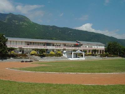 三間國小改建前的校舍為傳統型背山面海一字型配置