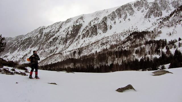 Avanzamos por el GR7 hacia Portella Blanca d'Andorra a los pies del Peiraforca.