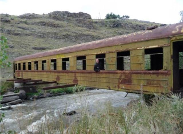 Vagão de trem é usado como ponte em ex-URSS