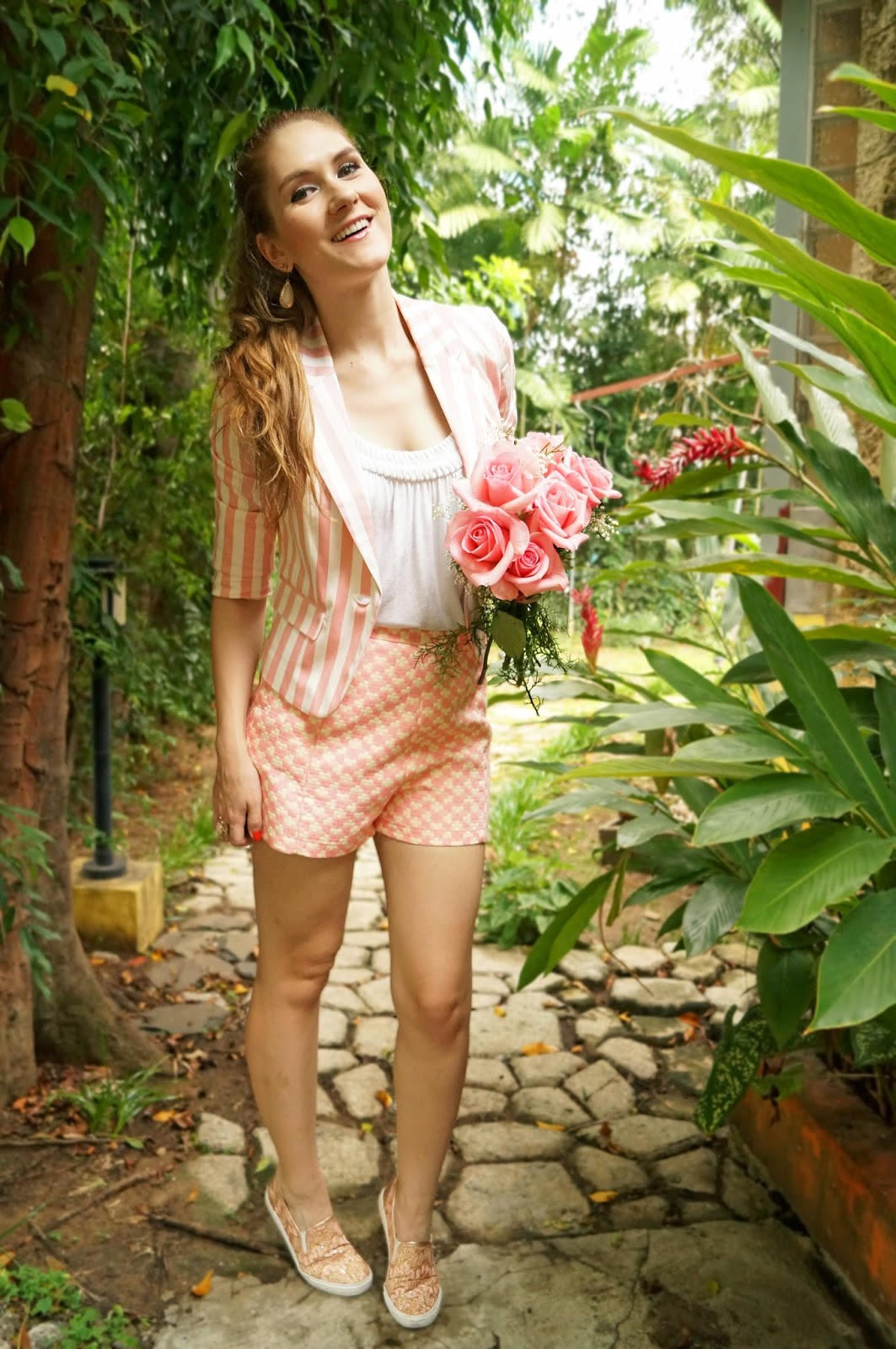 Cute Spring outfit in shorts and comfy sneakers