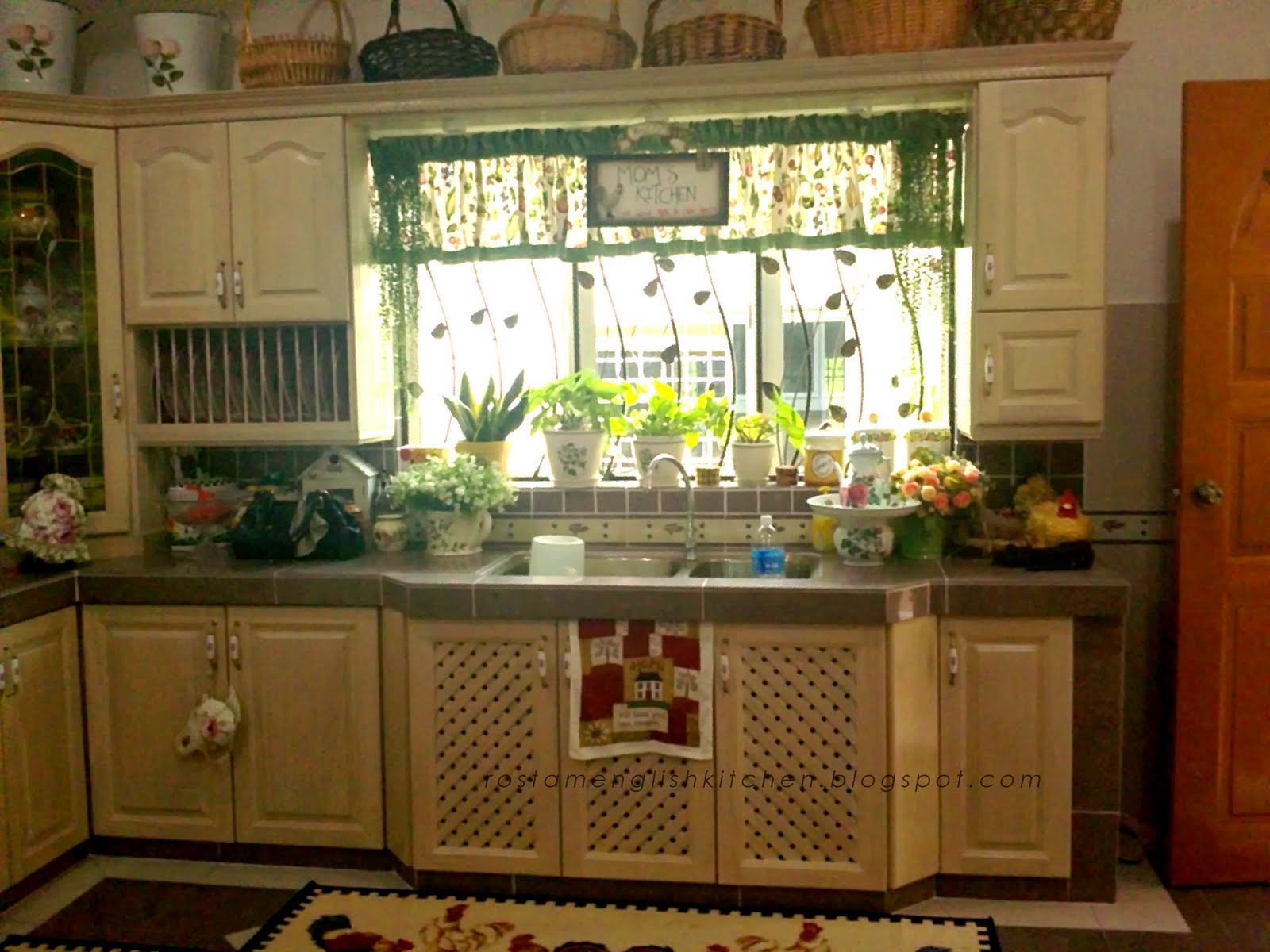 English kitchen english country kitchen cabinet for Country kitchen cabinets