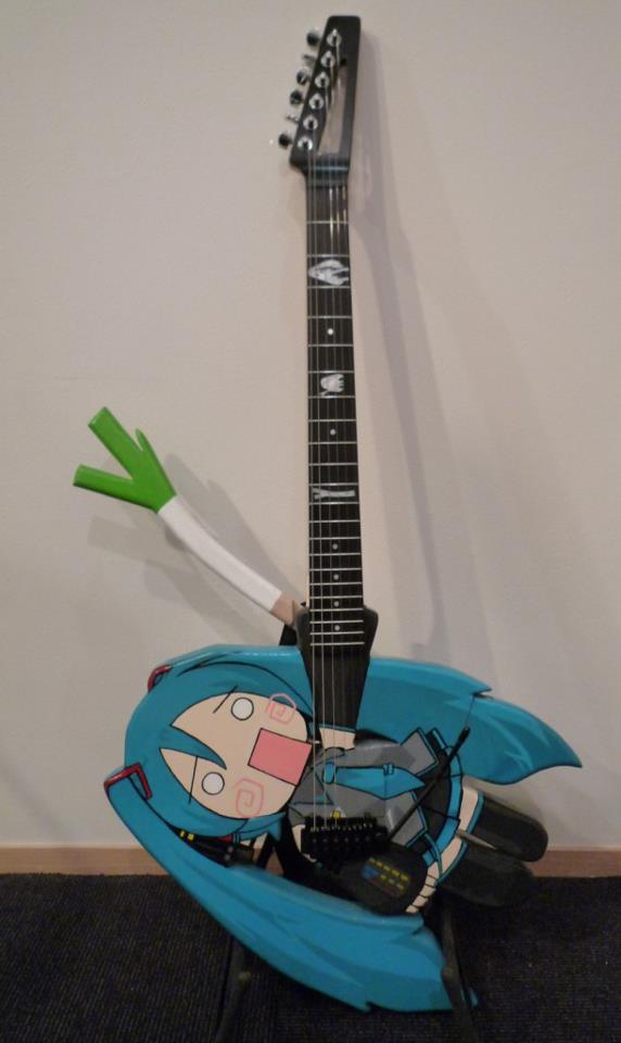 Guitarras pintadas con dibujos anime. 312926_10150310208924819_213182229818_7683187_445906308_n