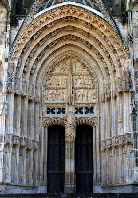 Portal de So Guilherme na catedral de Bourges.  O dio revolucionrio decapitou a imagem de um santo to equilibrado.  No fato se apalpa a diferena do esprito medieval com a dureza moderna.