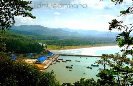 Pantai Teleng Ria dilihat dari atas tepi jalan