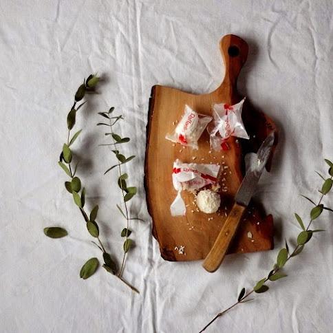 Kokosowo-porzeczkowy mazurek z Rafaello
