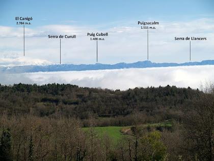 Panoràmica cap al nord amb el Puigsacalm i el Canigó