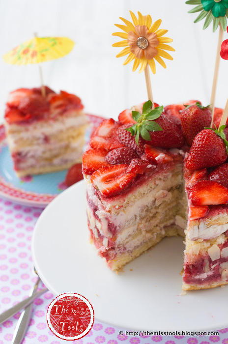 una torta fragole e rabarbaro, un anno di blog e una vincitrice - strawberries rhubarb cake and first year blog anniversary